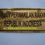 pesan plakat name tag lencana pin atribut