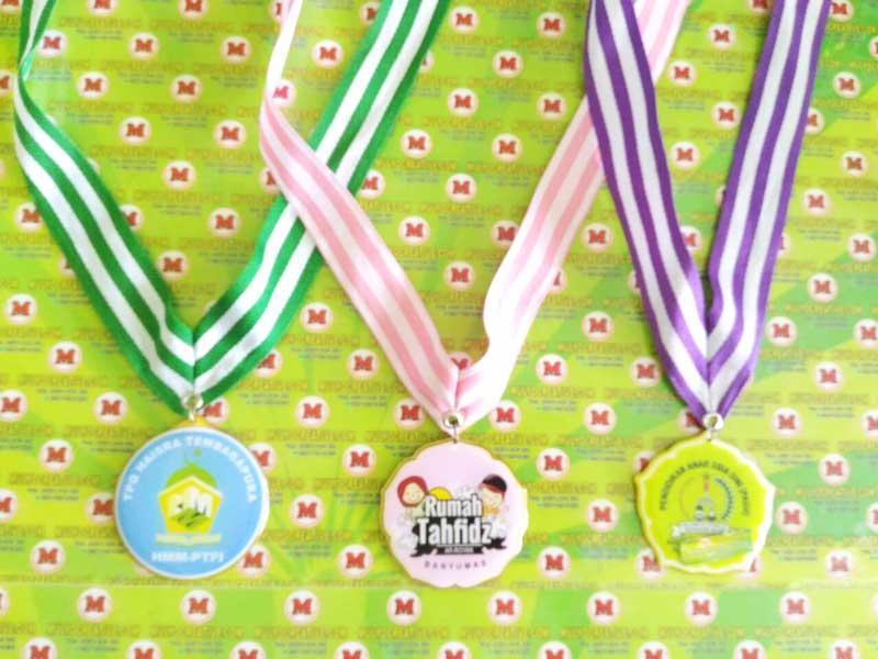"""Contoh medali murah. dari kiri ke kanan """"Medali TPQ Tembagapura, Medali Rumah Tahfidz, Medali PAUD"""""""