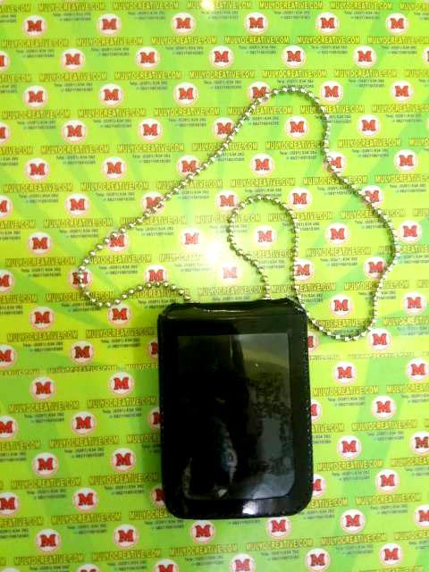 Dompet kalung lencana warna hitam