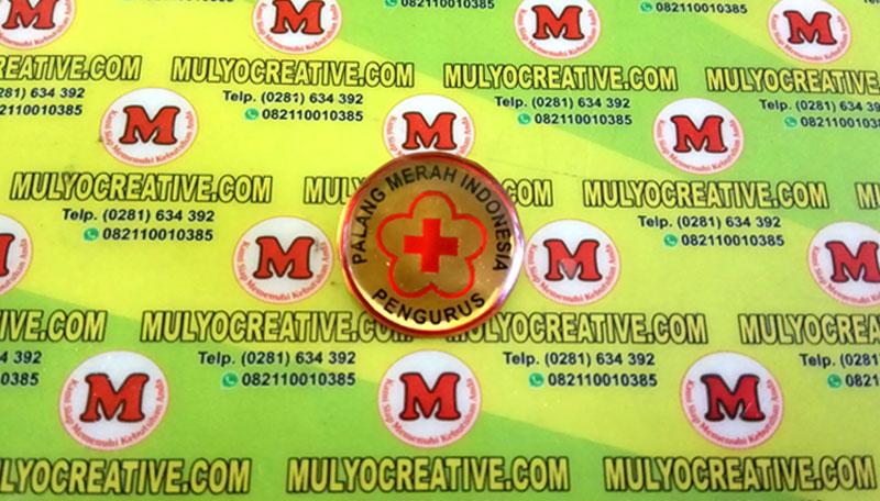 Pin Logo PMI dengan bentuk bulat, pengait peniti