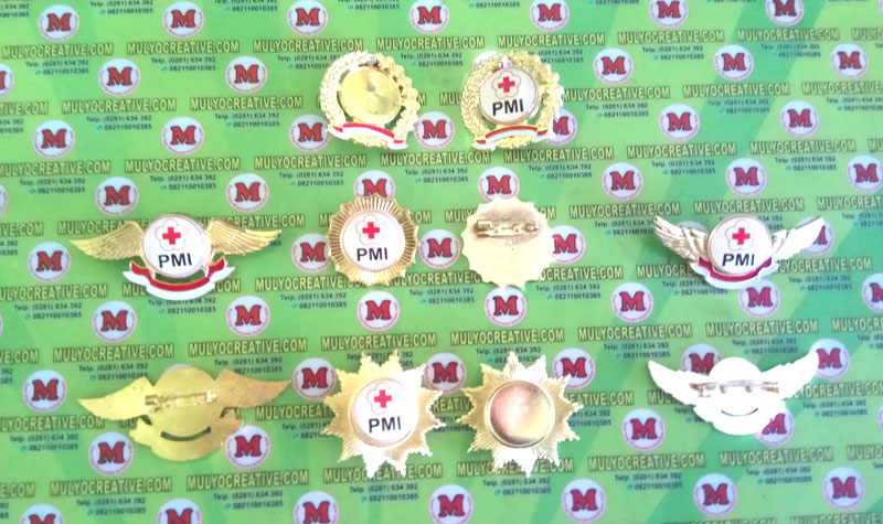Semua Pin Logo PMI dari berbagai model, terbuat dari bahan logam kuningan.